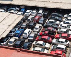 ¿Qué dispositivo de control de acceso es recomendado para estacionamientos privados?